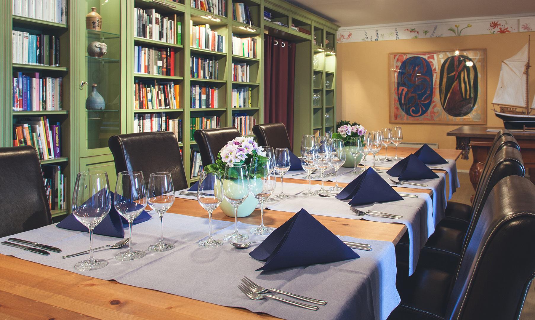 Illalliskattaus Calliolan Kirjastossa